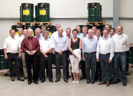 Mitglieder des Markenkreises sowie Mitarbeiter von IGK im Werk von IGK